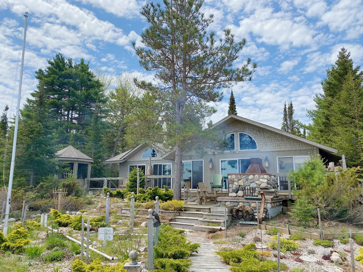 McElwain Home – Beautiful cottage on Sand Bay